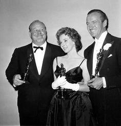 IlPost - 1959 - David Niven, Tavole separate.  Nella foto: Burl Ives (Miglior attore non protagonista per Il grande paese), Susan Hayward (Miglior attrice per Non voglio morire), e David Niven.  (AP Photo)