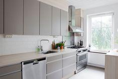 Charming villa in Sweden - Nordic Design Cute Kitchen, New Kitchen, Kitchen Dining, Kitchen Decor, Grey Kitchens, Cool Kitchens, Wardrobe Design Bedroom, Kitchen Trends, Kitchen Ideas