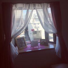 ymさんの、リビング,雑貨,カーテン,出窓,ニトリ,サンキャッチャー,B-COMPANY,絵画,ガーベラ,ガーベラ大好き,出窓ディスプレイ,花がある生活,のお部屋写真