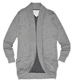 szary sweter z kieszonkami