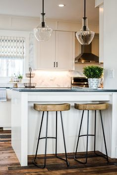 You don't need a view of the ocean to be inspired by coastal kitchen ideas. The style is about incorporating the feel of the beach in your home. And here's how to do exactly that. #hunkerhome #kitchen #kitchenideas #kitcheninspo #coastal Kitchen Cabinets Models, Kitchen Units, Kitchen Cupboards, Kitchen Dining, Kitchen Ideas, Kitchen Decor, Dining Room, Bright Kitchens, Home Kitchens