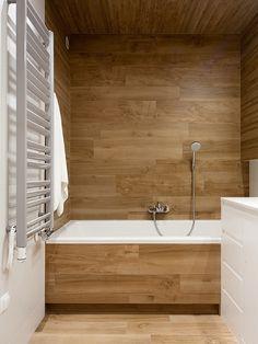 wooden tile in the bathroom design by LOFTSTUDIO/ drewnopodobne płytki zastosowane w projekcie LOFTSTUDIO Możemy wykonać dla Ciebie taki projekt: zapraszamy na www.loftstudio.pl