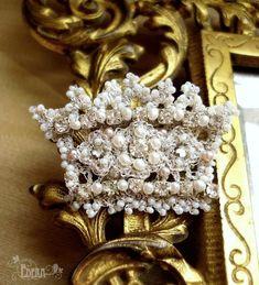 Edera lace and pearls pin.