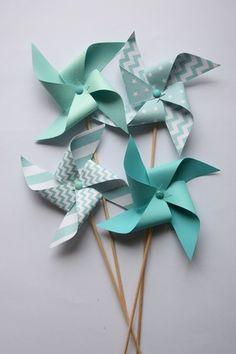 Des moulins à vent décoratifs aux coloris vert d'eau, vert menthe pour apporter une touche de décoration très tendance Parfaits pour la décoration de tous vos évènements (b - 19296222