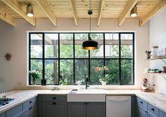 Open landelijke keuken in industriële woonkamer