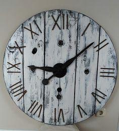 Veamos las claves del proceso de fabricación de este reloj de madera con aire entre rústico e industrial.