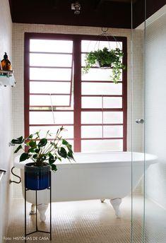 Garimpos bem-vindos | Capítulo 2 | Histórias de Casa Bathroom Mirror Makeover, Single Bathroom Vanity, White Bathroom, Farmhouse Bathroom Accessories, Rustic Bathroom Decor, Bathtub Decor, Beach Bathrooms, Bathroom Plants, Bathroom Pictures