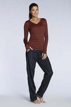 Perfect your moves in this workout favorite. The loose-fitting Calama Pant looks great on all bodies, and you?ll love the stylish thumbholes in the Merida V-Neck. Modest Casual Outfits, Modest Fashion, Yoga Fashion, Fitness Fashion, Hipster Fashion, Workout Wear, Workout Outfits, Workout Diet, Workout Style