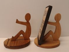 Wood for Phone Wood Shop Projects, Small Wood Projects, Woodworking Projects Diy, Wooden Phone Holder, Wood Phone Stand, Iphone Holder, Cell Phone Holder, Scroll Saw Patterns, Wood Gifts