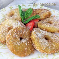 Esta receta de buñuelos de manzana se puede preparar con cualquier variedad de manzana que tengas a mano. Se rellenan de leche condensada y se sirven templados.