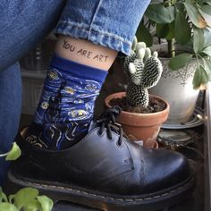 """this is the most art hoe picture i've ever seen (mom jeans and art socks and chunky shoes and a stick-and-poke tattoo and the words """"you are art"""" and plants everywhere and cacti) Looks Style, Looks Cool, My Style, Girl Style, Art Hoe Aesthetic, Aesthetic Clothes, Blue Aesthetic Grunge, Aesthetic Shirts, Look Fashion"""