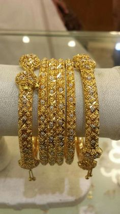 Black And Gold Jewelry Pakistani Gold Jewelry, Pakistani Bridal, Pakistani Dresses, Gold Jewellery, Indian Jewelry, Jewelery, Gold Bangles Design, Jewelry Design, Bijoux En Or Simple