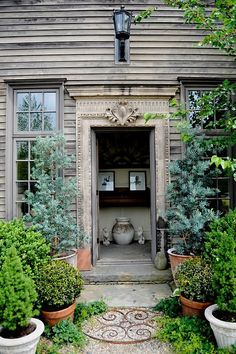 Potted Garden Entrance - looks like a primitive New England allee - love the juxtaposition of the rustic siding and ornate door trim. Garden Paths, Garden Landscaping, Garden Sheds, Spring Garden, Home And Garden, Living Haus, Gazebos, Garden Entrance, Shade Plants