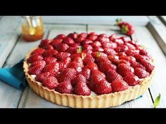TARTĂ CU CĂPȘUNI ȘI CREMĂ DE VANILIE | Rețetă + Video - Valerie's Food Raspberry, Strawberry, Cheesecake, Healthy Recipes, Sweet, Desserts, Food, Vanilla Custard, Strawberry Pie