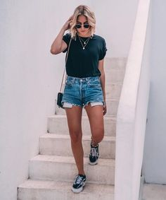 32 Trendy Sneakers Outfit Summer Fashion Looks Denim Shorts Denim Shorts Outfit Summer, Sneakers Outfit Summer, Sneakers Fashion Outfits, Denim Outfit, City Break Outfit Summer, Cute Shorts Outfits, Outfits With Jean Shorts, Black Tee Outfit, Fashion Clothes
