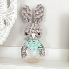 Der moderne Rasselhase trägt heute Halstuch :-) #häkeln #gehäkelt #crochet #baby #baby2016 #babyboy #mummytobe #geschenkzurgeburt #babygeschenk #rassel #babyspielzeug #hase #handmade