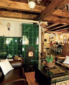 Návrh a realizace dobových interiérů roubenek - roubenkyroubal. Table Settings, Cottage, Fireplaces, Rustic, Diy Sauna, Furniture, Gardens, Houses, Design