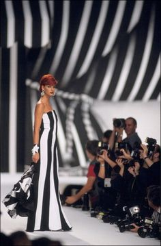 Linda Evangelista runway 90s valentine. So stunning.