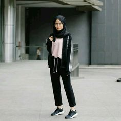 Pin by farah on hijab style hijab fashion hijab outfit fashion. Ootd Hijab, Hijab Chic, Casual Style Hijab, Casual Hijab Outfit, Hijab Fashion Casual, Casual Shoes, Sport Fashion, Girl Fashion, Trendy Fashion