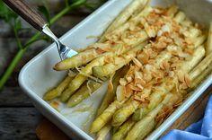 Szparagi zapiekane pod parmezanem traktować można jako dodatek do mięsa lub samodzielne danie. Łatwe i szybkie w przygotowaniu, zdrowe warzywo.