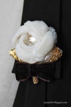 Couture Embroidery, Silk Ribbon Embroidery, Embroidery Designs, Brooches Handmade, Handmade Flowers, Handmade Jewelry, Making Fabric Flowers, Silk Flowers, Textile Jewelry