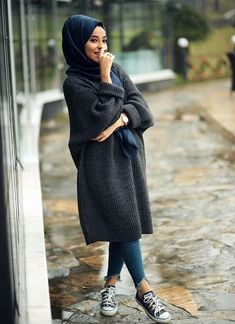 These attractive hijab winter outfits ideas will put you in the good books of the fashion police; a hijab goes naturally with the winter look! Hijab Outfit, Hijab Casual, Hijab Chic, Ootd Hijab, Casual Winter Outfits, Stylish Hijab, Classy Outfits, Modern Hijab Fashion, Street Hijab Fashion