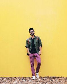 Já pensou em usar roupas mais descontraídas? O Raul apostou em um estilo casual e com bastante cor para tirar sua foto em Inhotim.