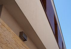 Locuinta particulara, Bucuresti - Situata intr-o zona rezidentiala din capitala, cu o densitate ridicata a cladirilor, aceasta locuinta este caracterizata de o volumetrie simpla, geometrica, dezvoltata pe parter si etaj. Pentru un design exterior cat mai placut si o legatura optima cu exteriorul, au fost folosite la fatade placi HPL cu finisaj din furnir natural din lemn- PARKLEX Facade.