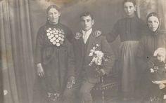 Οι γυναίκες με τοπική παραδοσιακή ενδυμασία. Παρατηρούμε τις πλεξίδες ως κόμμωση στις γυναίκες καθώς και τα φλουριά στο στήθος. Ο άνδρας ωστόσο με ευρωπαϊκή ενδυμασία από το 1919 και εξής, αντίθετα από τις γυναίκες που κάποιες απ΄ αυτές τη διατήρησαν ακόμη και ως σήμερα. Από το 1950 και μετά όλες οι κοπέλες άρχισαν να φορούν Ευρωπαϊκή ενδυμασία.  - Γυμνάσιο Νέου Σουλίου Σερρών