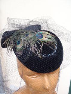 Cappello con piume di pavone