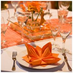 Decoración para boda con detalle en color #Tangerine #Mandarina #YUCATANLOVE #deco #WeddingTableDecor #Wedding #DestinationWedding
