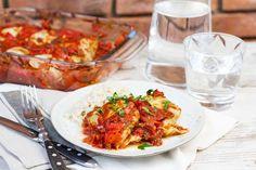 Recept voor spitskoolrolletjes voor 4 personen. Met zout, water, olijfolie, peper, spitskool, rode ui, gemengd gehakt, tomatensaus, tomaat, knoflook, rijst en peterselie