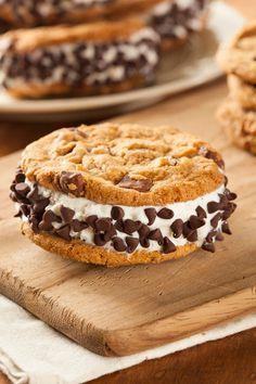Sándwich helado de stracciatella Frozen Meals, Frozen Desserts, Fun Desserts, Food Truck Desserts, Homemade Chocolate Chip Cookies, Chocolate Desserts, Sweet Recipes, Cake Recipes, Dessert Recipes