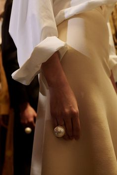 an oversized pearl ring is such a statement accessory that you won't need any other jewelry at all Estilo Glamour, Kleidung Design, Ideas Joyería, Mode Style, Fashion Details, Style Fashion, Fashion Outfits, Aesthetic Fashion, Cheap Fashion