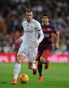 Gareth Bale of Real Madrid is chased by Luis Suarez of FC Barcelona during the La Liga match between Real Madrid and Barcelona at Estadio Santiago Bernabeu on November 21, 2015 in Madrid, Spain.