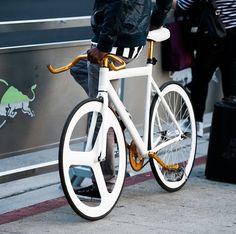 Trendy Ideas For Fixie Bike Accessories Awesome Velo Design, Bicycle Design, Bici Fixed, Retro Bike, Urban Bike, Buy Bike, Fixed Gear Bike, Cool Bike Accessories, Bike Wheel