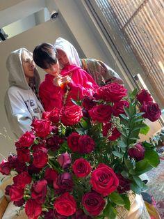 Yang Yang, Yangyang Wayv, Christmas Wreaths, Christmas Tree, Chinese Boy, Photos Du, Winwin, Ornament Wreath, Belle Photo