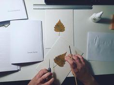 Proces tworzenia notesów dla chłopców z motywem liści. Dziennik z motywem susonych kwiatów. Handmade. Process of creating  notebooks with leaves for boys.