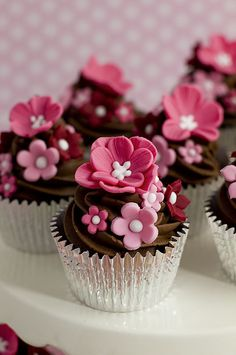 Pink Flower Chocolate Cupcakes, to cute! Cupcakes Flores, Floral Cupcakes, Pretty Cupcakes, Beautiful Cupcakes, Yummy Cupcakes, Cupcakes Design, Cake Designs, Deco Cupcake, Tolle Cupcakes