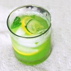 Lose 6 Pounds In 4 Days With This Fat Burning Drink.Tbsp Grated Ginger 1 Cucumber 4 Lemons 12 Leaves of Mint 8 Glasses of Water mix and chill overnight Detox Drinks, Healthy Drinks, Healthy Eating, Healthy Food, Healthy Water, Healthy Detox, Weight Loss Drinks, Weight Loss Smoothies, Detox Recipes
