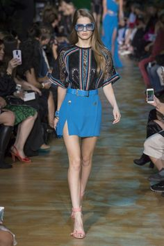 The complete Elie Saab Spring 2018 Ready-to-Wear fashion show now on Vogue Runway. Next Fashion, Fashion 2018, Fashion Week, Love Fashion, High Fashion, Fashion Design, Fashion Trends, Style Couture, Couture Fashion