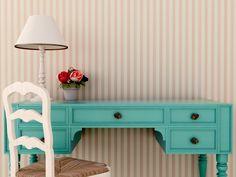 Aprenda a pintar e restaurar móveis de madeira antigos em casa, sem a ajuda de profissionais, trazendo personalidade e inovação ao ambiente.