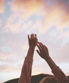 Hand Photography, Girl Photography Poses, Creative Photography, Sky Aesthetic, Aesthetic Photo, Aesthetic Pictures, Aesthetic Backgrounds, Aesthetic Wallpapers, Ideas Fotos Tumblr
