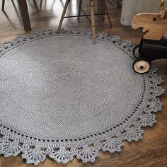 Gehäkelter runder Teppich fi Häkelteppich grauer Teppich skandinavischer Teppich, Knitting For BeginnersKnitting FashionCrochet PatternsCrochet Amigurumi Crochet Doily Rug, Crochet Rug Patterns, Crochet Carpet, Crochet Round, Crochet Home, Love Crochet, Plush Carpet, Diy Carpet, Rugs On Carpet
