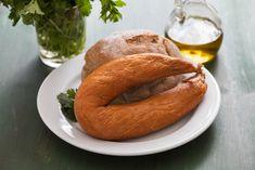 Quando não se faz a farinheira com ovos mexidos ou frita como um petisco, o mais provável é cozer farinheira para acompanhar a feijoada, o cozido à portuguesa, ou outros pratos. Por vezes, no entanto, evitar que o enchido rebente pode ser um desafio. A farinheira, tal como o nome indica, leva farinha, além de […] O conteúdo Como cozer farinheira sem rebentar: receita passo-a-passo aparece primeiro em Alheira.net. Bagel, Bread, Bread Types, Breads, Baking, Buns