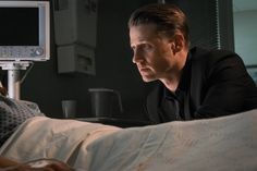 """Benedict Samuel's The Mad Hatter earns his name in new photos from Gotham episode """"Red Queen"""" airs on Halloween on FOX. Gotham Episodes, Benjamin Mckenzie, Jim Gordon, Bob Kane, Batman Universe, Red Queen, Detective Comics, American Comics, Film Serie"""