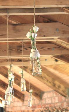 Výzdoba stropu svadobného prietoru - povešané fľaše s kvetmi