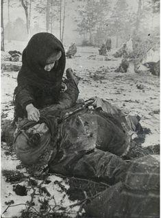Дети войны -  Советский ребенок рядом с убитой матерью. Концлагерь для гражданского населения «Озаричи». Белоруссия, местечко Озаричи Домановичского района Полесской области.
