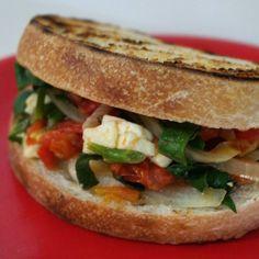 #Desayuno pa' agarrar . #PanDePapa con salteado de tomate cebolla espinaca y queso.