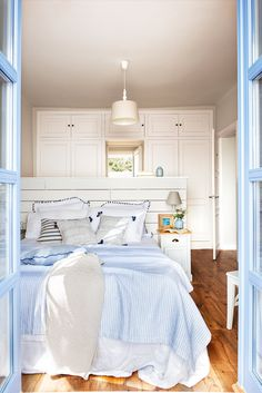 Master bedroom remodel: The level of sunlight in a particular room plays a huge role in the way its interior design projects. When your room lacks windows, you ought to choose a light colored paint in order to prevent a cave-like effect. Modern Bedroom Design, Interior Design Living Room, Design Interior, Design Bleu, Bedroom Pictures, Bedroom Color Schemes, Bedroom Vintage, Bedroom Styles, Minimalist Decor